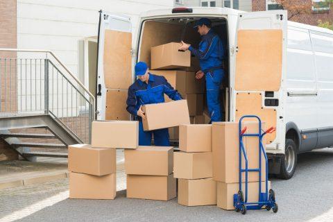 décharger un camion de déménagement