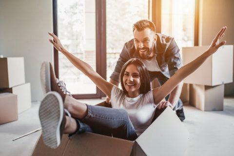 déménagement joyeux en couple